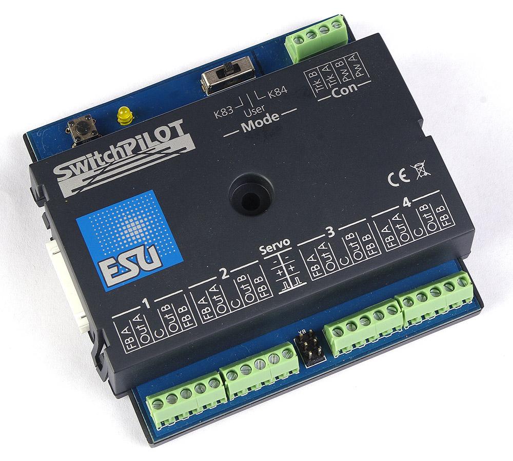 Артикул 13573-94  ESU 51800. SwitchPilot V1.0 - мультипротокольный декодер, для управления 4 стрелками или до 8 аксессуарами типа расцепителей, выключателей уличного освещения, освещения внутри домов и т.п., 1A. Для систем постоянного (DC) и переменного (AC) тока. Может быть подключен к цифровым станциям ESU ECoS, IB, Marklin CS и др, В штатной коробке. Имеется дефект защелки крышки - сломана. Блок был установлен на макет, проверен, снят и убран обратно в коробку. Причина продажи - остались лишние после завершения работы над макетом.