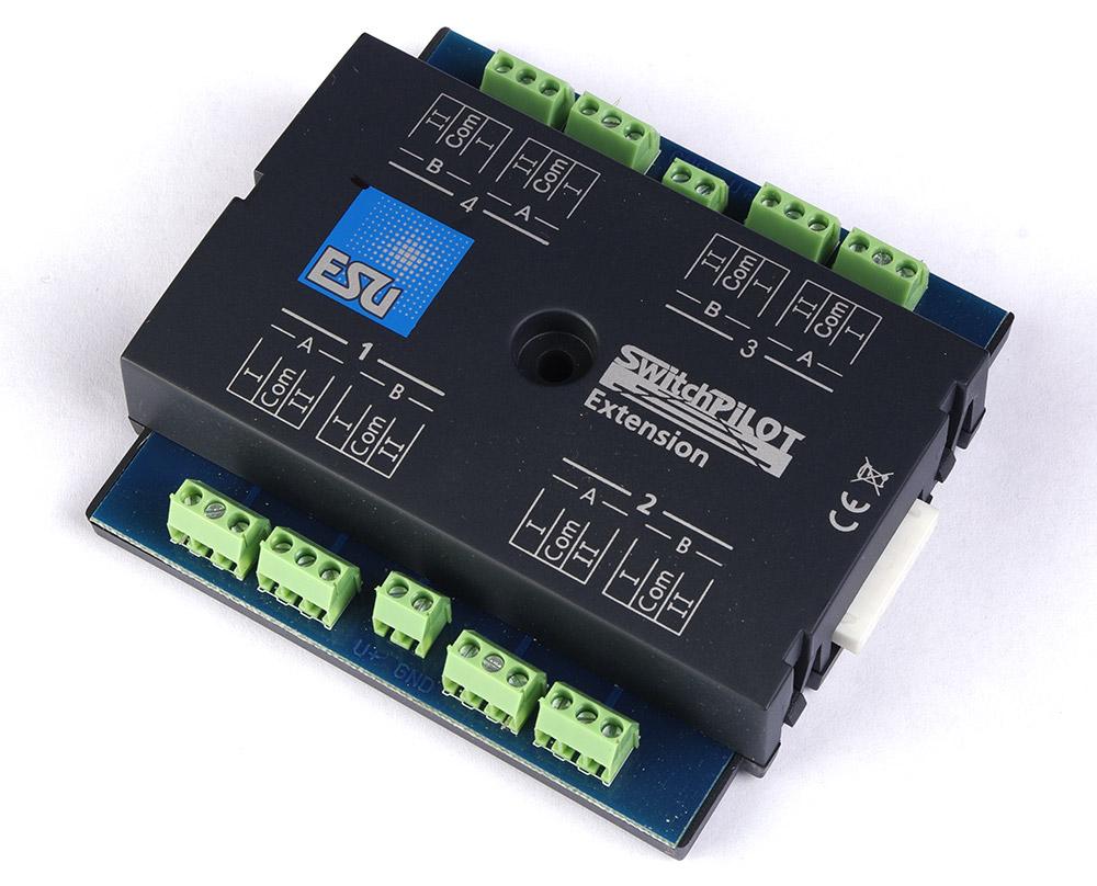 Артикул 13574-94  ESU 51801. SwitchPilot Extension, расширение для SwitchPilot V1.0, мультипротокольный декодер для управления 4 стрелками или аксессуарами типа расцепителей, выключателей уличного освещения, освещения внутри домов и т.п. , 1A. Для систем постоянного (DC) и переменного (AC) тока. Может быть подключен к цифровым станциям ESU ECoS, IB, Marklin CS В штатной коробке. Был установлен на макет, проверен, снят и убран обратно в коробку. Причина продажи - остались лишние после завершения работы над макетом.