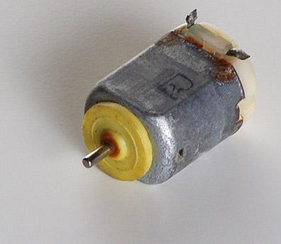Артикул 8380-1  Двигатель от локомотива. Не работает. При подаче питания на контакты происходит короткое замыкание. Сделано в ГДР. Фотография выполнена с продаваемой модели