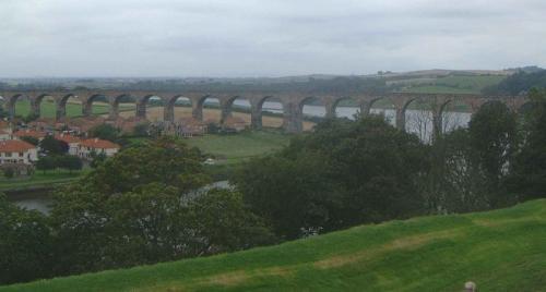 Royal Border Bridge через реку Твид